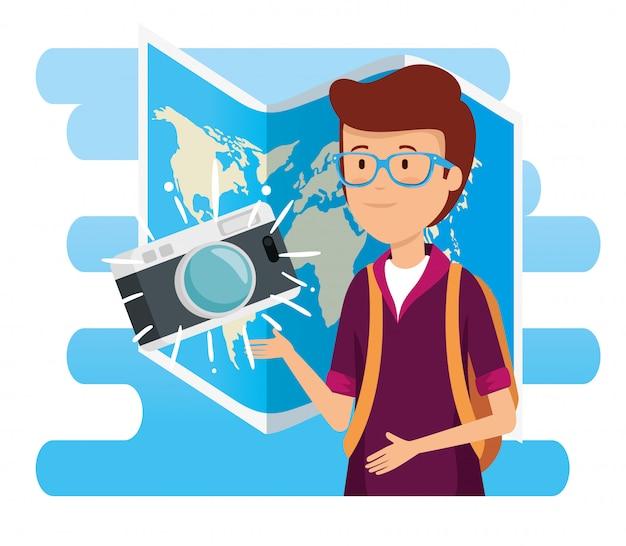 Mężczyzna jest ubranym szkła z kamerą i globalną mapą