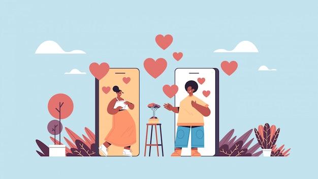 Mężczyzna kobieta czatowanie online mobilna aplikacja randkowa afroamerykanie para omawianie podczas wirtualnego spotkania relacji społecznej koncepcja komunikacji poziomej ilustracji