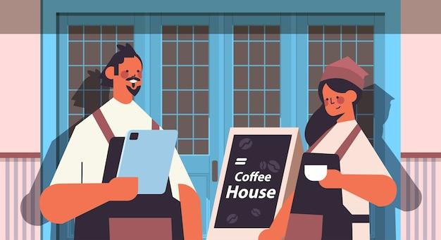 Mężczyzna kobieta w mundurze pracuje w kawiarni kelnerów w fartuchu obsługujących kawę nowoczesne wnętrze kawiarni portret poziomy wektor ilustracja