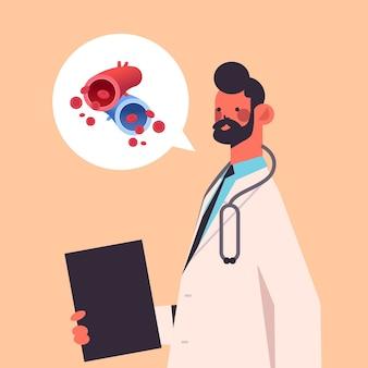 Mężczyzna lekarz i czat bańka z leukocytami układu naczyniowego, erytrocytami, płytkami krwi, medycyną