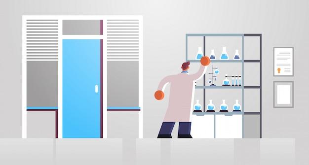 Mężczyzna lekarz naukowiec laboratorium w biały płaszcz pracy z probówki medycyna opieka zdrowotna koncepcja szpital klinika medyczna laboratorium wnętrze pełnej długości lusterko płaskie poziome