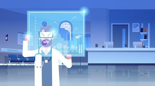Mężczyzna lekarz w okularach cyfrowych, badanie mózgu wirtualnej rzeczywistości