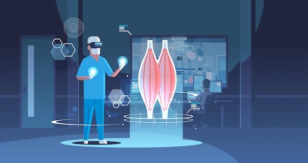 Mężczyzna lekarz w okularach cyfrowych patrząc rzeczywistość wirtualna mięśni anatomia ludzkiego narządu opieki zdrowotnej