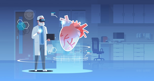 Mężczyzna lekarz w okularach cyfrowych patrząc wirtualnej rzeczywistości serce anatomii ludzkiego narządu opieki zdrowotnej