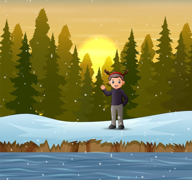 Mężczyzna macha ręką na lesie w zimie