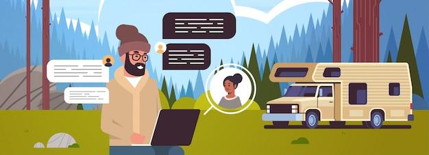 Mężczyzna na czacie z kobietą sieci społecznej czat bańka komunikacja koncepcja