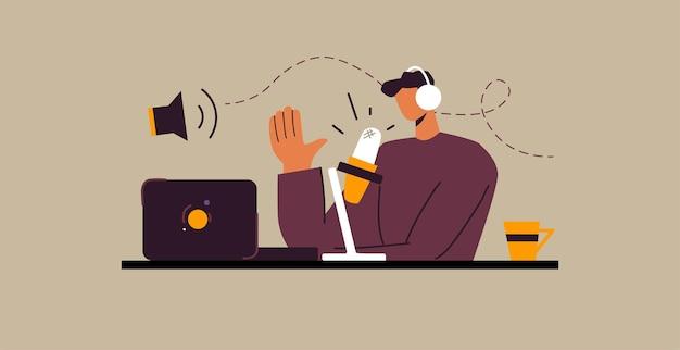 Mężczyzna nagrywa podcast. ilustracja koncepcja. dziennikarz nadający. podcaster mówiący do mikrofonu przy biurku.
