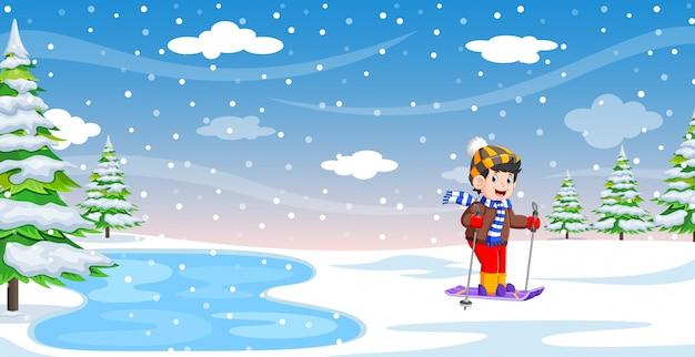 Mężczyzna narciarz w ferie zimowe