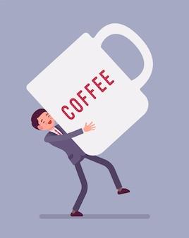 Mężczyzna niosący gigantyczny kubek kawy