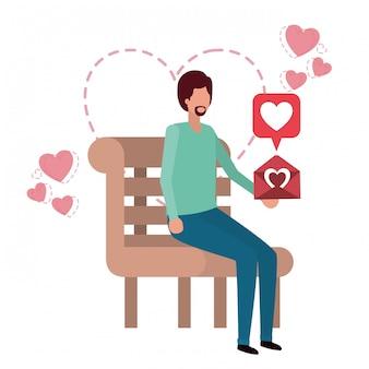 Mężczyzna obsiadanie na parkowym krześle z serce charakterem