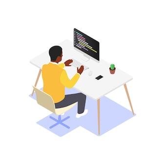 Mężczyzna pisze kod na komputerze przy stole