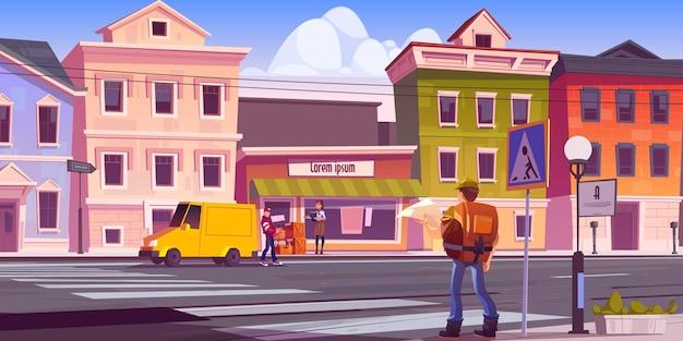 Mężczyzna podróżnik z mapą i plecakiem na ulicy miasta retro z zabytkowymi budynkami i bagażowym rozładowującym samochód