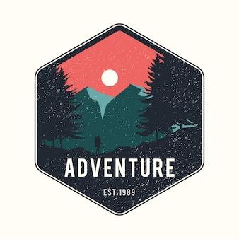 Mężczyzna podróżujący z plecakiem vintage adventure logo