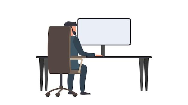 Mężczyzna pracuje na komputerze. mężczyzna siedzi przy biurku patrząc od tyłu.