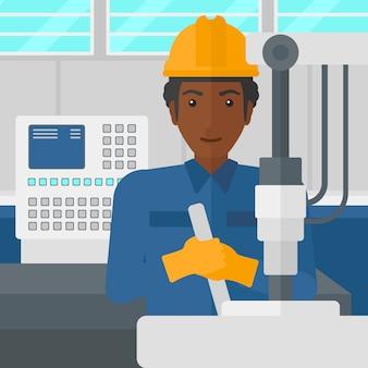 Mężczyzna pracuje z sprzętem przemysłowym.