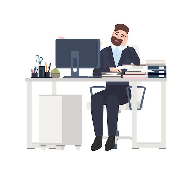 Mężczyzna profesjonalny pracownik lub urzędnik siedzący przy biurku całkowicie pokryty dokumentami.