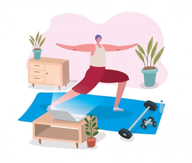 Mężczyzna robi joga na macie przed laptopem