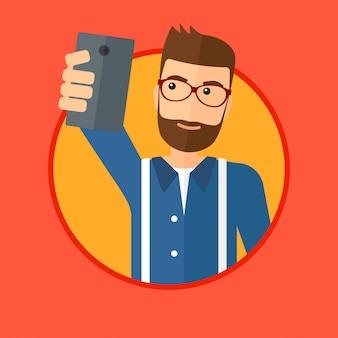 Mężczyzna robi selfie.