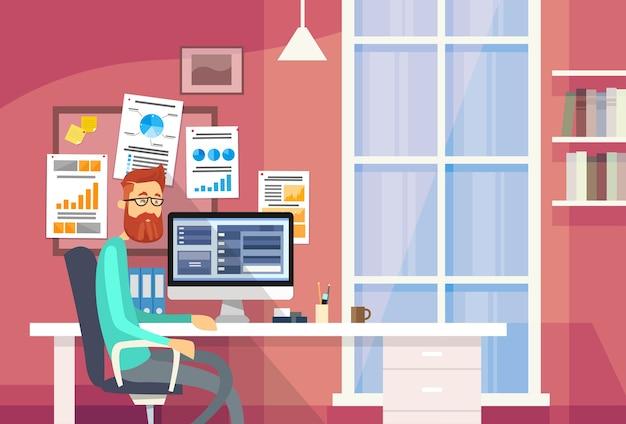 Mężczyzna siedzący biurko kreatywnie biurowy biznesmen