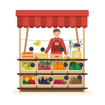 Mężczyzna stojący przy ladzie w warzywniaku lub na targu i sprzedający owoce i warzywa. sprzedawca płci męskiej na miejscu za sprzedaż produktów spożywczych na lokalnym targu rolników. płaska ilustracja