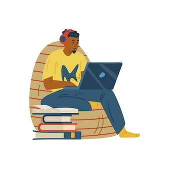 Mężczyzna studiuje zdalnie lub bierze udział w seminarium internetowym w płaskim wektorze na białym tle