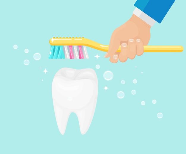 Mężczyzna szczotkuje zęby szczoteczką do zębów z pastą do zębów