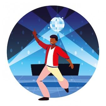 Mężczyzna tańczy w klubie nocnym, imprezie, klubie tanecznym, muzyce i życiu nocnym