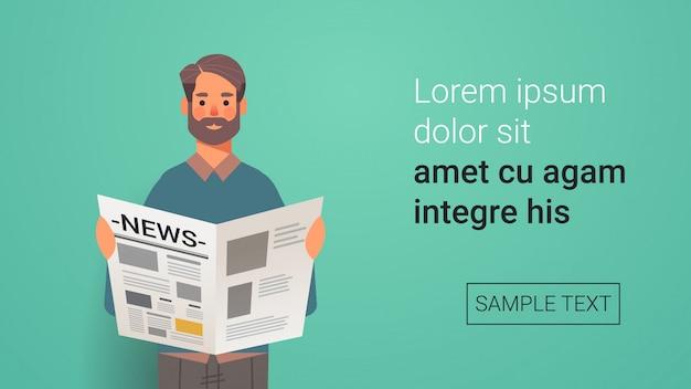 Mężczyzna trzyma gazetę czyta codzienne wiadomości prasowe portret mass media concept