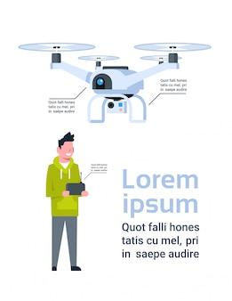 Mężczyzna trzyma pilota dla nowożytnego drone nad szablonem infographic