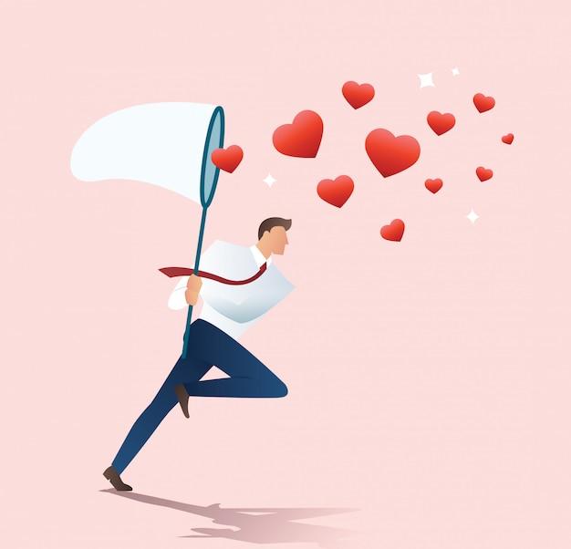Mężczyzna trzyma sieć motyla próbuje złapać serce