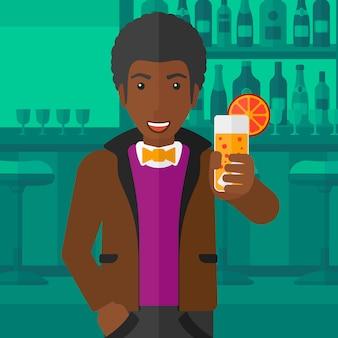 Mężczyzna trzyma szklankę soku