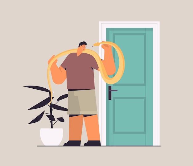 Mężczyzna trzyma żółty pyton wąż faceta mającego niebezpiecznego gada zwierzaka poziomą pełną długość wektorową ilustrację