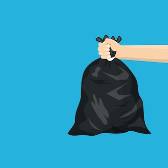 Mężczyzna trzymający w ręku czarną plastikową torbę na śmieci