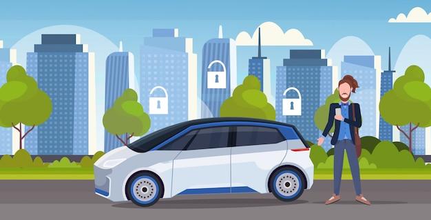 Mężczyzna używa online rozkazuje taxi dzielenia samochodu ochrony ochrony pojęcia mobilnego transportu carsharing usługa nowożytnego miasta pejzażu miejskiego uliczny tło horyzontalny