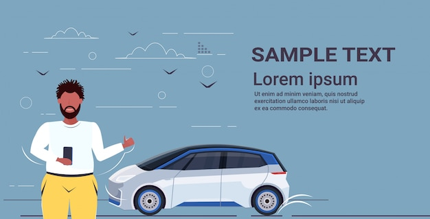 Mężczyzna używa smartphone aplikację mobilną online zamawia taxi dzielenia samochodu pojęcia transportu carsharing usługa horyzontalnego portreta kopii przestrzeń