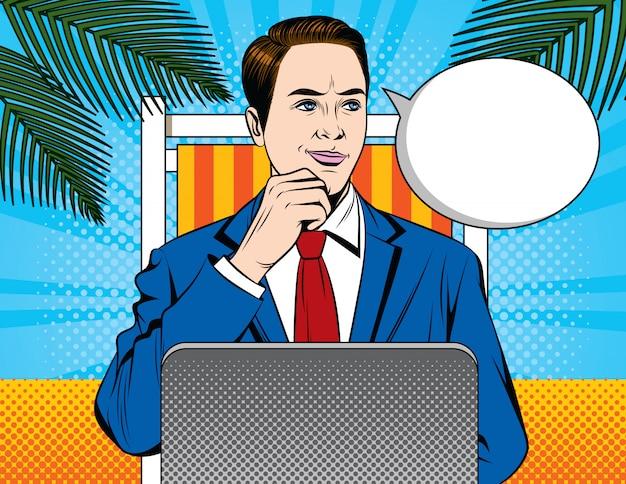 Mężczyzna w kostiumu pracuje przy laptopem na wakacje