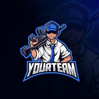 Mężczyzna w niebieskim kapeluszu trzymający projekt logo e-sportu maskotki pistoletu