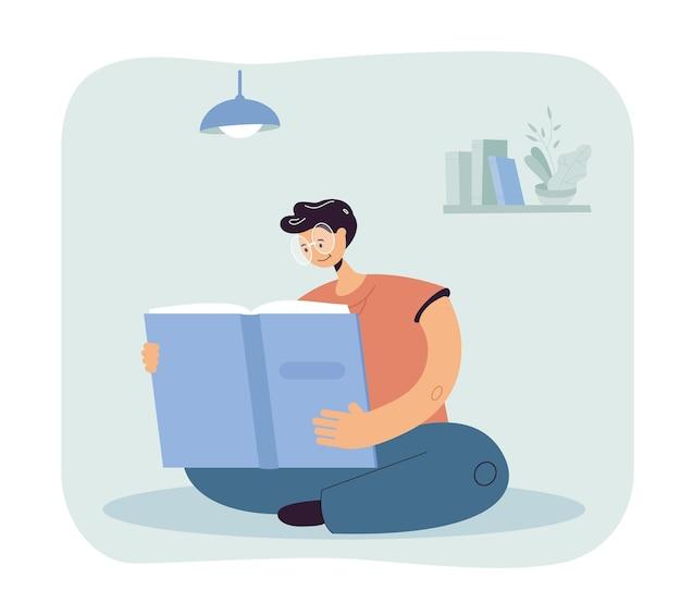 Mężczyzna w okularach czytający gigantyczną książkę w pokoju