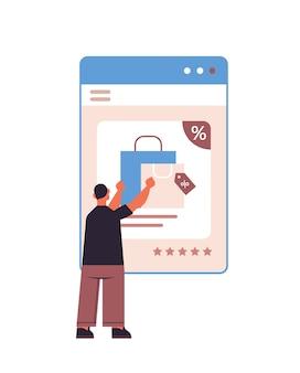 Mężczyzna wybiera zakupy w oknie przeglądarki internetowej zakupy online cyber poniedziałek sprzedaż rabaty wakacyjne koncepcja e-commerce w pionie