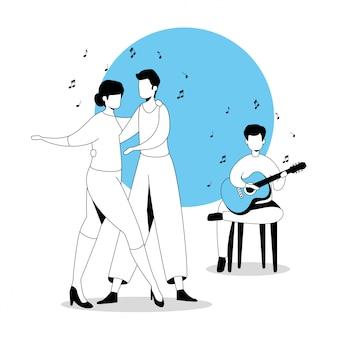 Mężczyzna z gitarą i para tanczy