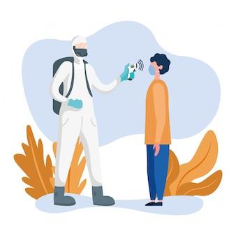 Mężczyzna z kombinezonem ochronnym sprawdza mężczyzna temperaturę