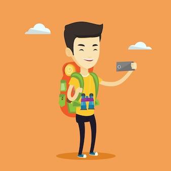 Mężczyzna z plecakiem robi selfie.