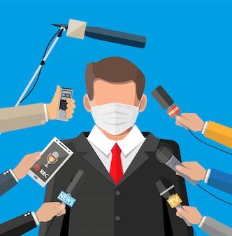 Mężczyzna z twarzy maską daje mowie przy konferencją