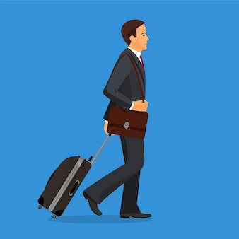 Mężczyzna z walizką jedzie w terminalu lotniska.