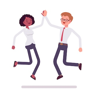 Mężczyźni i kobiety urzędnicy skaczą dając piątkę