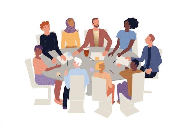 Mężczyźni, kobiety w różnym wieku, narodowości siedzący przy okrągłym biurku. terapia grupowa, spotkanie burzy mózgów.