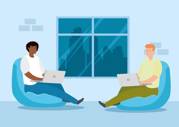 Mężczyźni pracujący w domu z laptopami siedzącymi w pufach