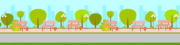 Miasto miejski pusty nie ma ludzi park zielone drzewa i drewniane ławki gród tło poziome