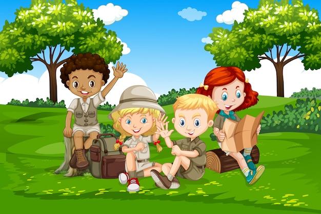 Międzynarodowe dzieci kempingowych w przyrodzie
