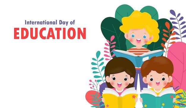Międzynarodowy dzień edukacji mały chłopiec i dziewczynka czytanie książki na białym tle